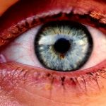 Red eyes and eye drops from the sea, how to lubricate the eye during the summer