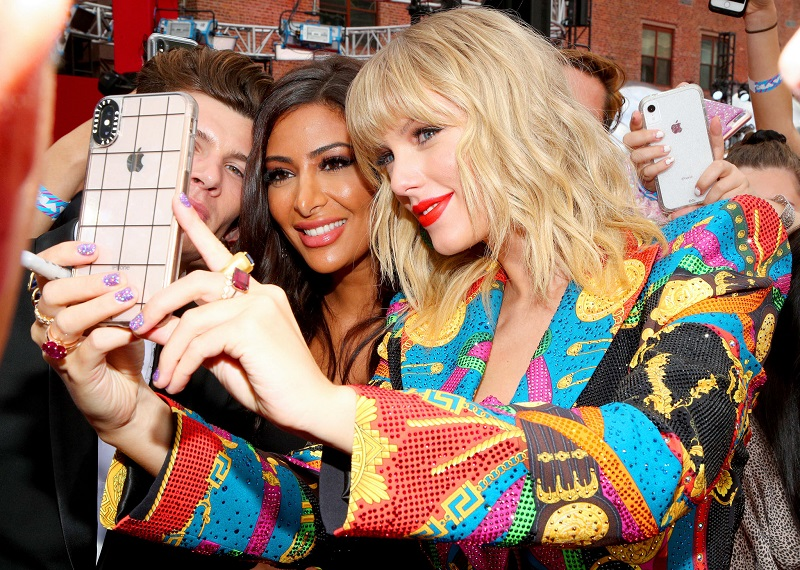 Perfect selfie: 7 rules for taking a photo like the stars